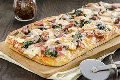 Pizza au poulet,bacon, épinards et aux champignons/qu est ce qui mijote/Rendez exceptionnelle la prochaine soirée cinéma en famille grâce à cette savoureuse pizza facile à faire.