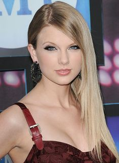 Taylor Swift with straight hair :)
