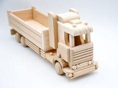 Ihr eigener Fuhrpark an Holzfahrzeugen  Über 20 verschiedene Fahreuge aus Holz garantieren eine Menge Spaß. Unser großer Lastwagen aus Holz ist ein MUSS für jeden kleinen Entdecker ab 3 Jahren.  Nachhaltig Spielen mit Holz  Viele Eltern stehen vor einer Wahl: Hochwertiges Holzspielzeug oder doch lieber Spielzeug aus Plastik? Wir setzen ganz klar auf Holz. Wooden Toys, Unfinished Wood, Woodworking Toys, Playing Games, Parents, Wooden Toy Plans, Wood Toys