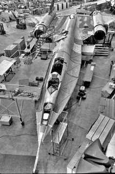 How they built the Blackbird in the The Blackbird is still the fastest, most vanguardist air-breathing airplane in the history of aviation. This once classified photo reveasl how Lockheed built it. Military Jets, Military Aircraft, Stealth Aircraft, Stealth Bomber, Photo Avion, Us Navy, Air Force, Fighter Jets, Airplanes