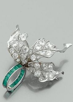 Paul Flato 1940 Rare Pin It has three leaves broadleaf natural richly paved with brilliant-cut diamonds (TA), retained by a ring of emeralds surrounded calibrated. Platinum setting.