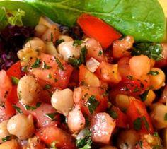 Kichererbsen-Salat - Schnell gemacht und einfach lecker: Die Techniker Krankenkasse bereitet Tomaten-Kichererbsensalat für dich zu.