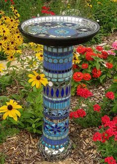 28 Stunning Mosaic Projects for Your Garden - Easy-to-make garden mosaic crafts add color and beauty to the garden. I love DIY garden mosaic pr - Mosaic Crafts, Mosaic Projects, Mosaic Art, Mosaic Glass, Blue Mosaic, Stained Glass, Garden Crafts, Garden Projects, Garden Ideas