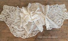 Nuno-Filz-Seidenschal MOUSSE, cremefarbenen, es ist zart und sehr angenehm anfühlt. Durchbrochene Schal entsteht eine spezielle Technik-Spinnennetz. Creme-Schal besteht aus sehr dünne Stücke aus Seide, kombiniert mit hoch-wolle australischer Merino mit dekorierten Blank, Seiden-Fasern. Schal kann eine große Bereicherung Creme Brautkleid oder für andere Kleidung. Perfekte Mode Accessoire Geschenk für ein Outfit und Anlass.  L 206 cm x B 58 cm (81 in x 22,8 in) Die Schal im Mittelteil hat eine…