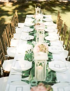 Green table runner with white tablecloth and pillows on antique gold chairs Pink Table Settings, Verde Jade, Green Table, Wedding Decorations, Table Decorations, Dining Room Design, Dining Set, Green Wedding, Wedding Colors