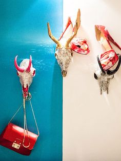 jeweled steer skulls as purse hangers. kind of brilliant. Shop Window Displays, Store Displays, Boutique Store Front, Inspiration Art, Boutique Decor, Bag Display, Craft Markets, Store Windows, Cool Store