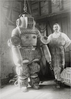 17utterly fascinating photos from the past: Chester Macduffee next to his newly patented, 250 kg diving suit, 1911