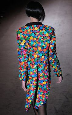 eye-popping use of buttons. Jacket by Patrick Kelly. Kelly Fashion, Diy Fashion, Fashion Show, Fashion Design, Fashion Black, Button Art, Button Crafts, Recycled Dress, Recycled Fashion