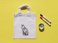 Kresba na textil by Lady Lu * Taštička na svačinky pro ženu, která nejen že je kočka, ale má i kočku. * #drawing #ladylu #bag #creative Reusable Tote Bags, Textiles, Drawing, Draw, Cloths, Drawings, Fabrics, Textile Art