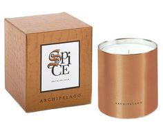 Esta candela viene en una elegante caja de patrones de barro grabados con buen gusto  y además un recipiente metálico para crear el elemento perfecto.