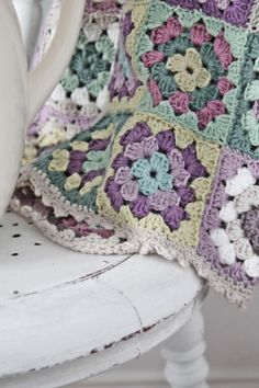 VIBEKE DESIGN: this is the exact color scheme I would choose for a crocheted quilt. Just need to find someone who crochets with cotton yarn instead of acyrlic. Crochet Squares, Crochet Blanket Patterns, Baby Blanket Crochet, Crochet Baby, Knitting Patterns, Knit Crochet, Crochet Blankets, Love Crochet, Crochet Motif