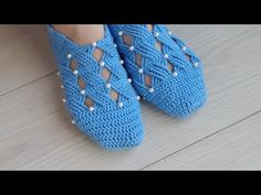 There are many beautiful slippers, but it is easiest and beautiful slippers with pearls to make. You can make them with the your preferred crochet technique. Crochet Men, Crochet Daisy, Crochet Mittens, Crochet Beanie, Crochet Slipper Boots, Knitted Slippers, Crochet Shoes Pattern, Crochet Stitches Patterns, How To Tie Shoes