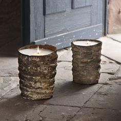 Daya Kerze. Urwüchsig. Eine natürlich geschaffene Oberfläche, an der sich das Auge nicht satt sehen kann. Die Hand wandert über die Rippel: Was ist das? Trockenes Agavenholz sagt uccellino und packt in die großen Stämme gleich Kerzenwachs für über hundert Stunden romantisches Kerzenlicht. Die Kerzenflamme frisst sich langsam tiefer in den Wachs hinein, sodass die Daya Kerze von innen beleuchtet wird, quasi die unebene Holzstruktur leuchtet. Romantischer Landhaus bzw Etho-Stil!