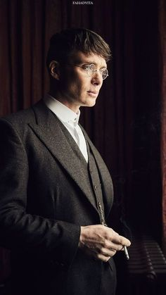 A Simple Guide on how to Dress like Tommy Shelby from Peaky Blinders – Men's style, accessories, mens fashion trends 2020 Peaky Blinders Poster, Peaky Blinders Wallpaper, Peaky Blinders Season, Peaky Blinders Series, Peaky Blinders Quotes, Peaky Blinders Tommy Shelby, Peaky Blinders Thomas, Cillian Murphy Peaky Blinders, Peaky Blinders Merchandise