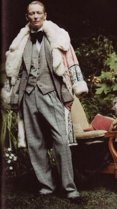 This image above is Tilda Swinton taken from the Vogue Italia website. This shows dandyism by the pattern of the suit along with the bagginess shows a uniqueness. The coat resting on her shoulders brings more style to the rest of the outfit. Androgynous Fashion, Androgyny, Terence Stamp, Dandy Style, Vintage Outfits, Vintage Fashion, Evolution Of Fashion, Tilda Swinton, Archetypes