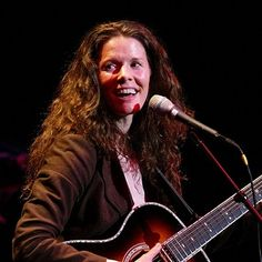 Edie Brickell (March 10, 1966) American singer, composer and guitarist o.a. known from the New Bohemians.