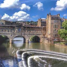 """""""Bath: uma cidadezinha mega fofa, mas que até o parque é pago! Rsrs Mas gracinha né?! ⠀ ⠀ ⠀⠀ ⠀  #embarquenessaloucura #biaepedropelomundo #viagem #travel #eurotrip #inglaterra #uk #aroundtheworld #england #bath #blogmochilando #braroundtheworld #mochilao #travelblogger #backpackers #quetalviajar #catracalivre #viagemlivre #livetheadventure #brasileirosporai #ponte"""" by @embarquenessaloucura (Embarque Nessa Loucura). #turismo #instalife #ilove #madeinitaly #italytravel #tour #passportready…"""