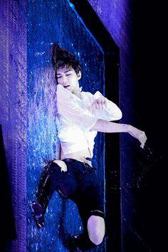 Beautiful performance with Sehun dancing in water