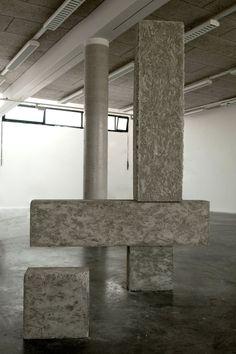 Alexander Duke, Tetralite, béton, bois, 2 éléments de 170x40x30cm et 2 éléments de 40x40x30cm, 2011 Crédit Photographique : Alexander Duke