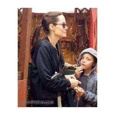�� Aparentemente, neste sábado (06/05), a mamãe #AngelinaJolie levou seus filhos no Festival Renaissance Pleasure Faire, na Califórnia. Até agora, apenas duas fotos foram compartilhadas nas redes sociais e foram tiradas por fãs! Vem ver! ➡️ angelinajoliebrasil.com.br/gallery ______________________________ #Jolie #Angelina #Angie #Fangie #JoliePitt #JoliePittFamily #JoliePittKids #Candids #New #News #Paparazzi #Hollywood #Celebrity #Celeb #Family #California #SantaFe #RenaissancePleasureFaire…