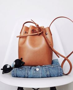 Intemporel et facile à porter, le sac seau camel a tout bon ! (Mansur Gavriel Mini Bucket Bag - photo Andy Csinger)