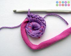 A gente já viu muito tapete de crochê feito com fio de camiseta, mas esse é diferente porque o crochê é feito com o fio da camiseta e  outro fio. Não entendeu? Olha só as imagens do blog Olino Ho…