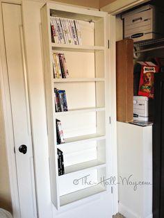 Closet Door DVD Storage #DIY books etc. i would add a dowel or some kind of lip to hold things on the shelf. Que boa ideia para o armazenamento de DVDs, Blu-Rays, livros: prateleiras do lado de dentro da porta de um armário. Eles ficam organizados e protegidos de poeira. Gostei.