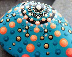 Größe ca.: 8 x 5,3 x 1 cm, Gewicht; 60 gr  Mein Mandala-Steine sind kleine Universen, in denen Sie eingeladen sind, sich selbst zu verlieren! Sie sind eine perfekte Werkzeug für die Meditation. Jedes Stück hat seine einzigartige Atmosphäre, wie sie sorgfältig handverlesenen für ihre Formen und Energie sind.  Mein Steinen sind auch fühlbar durch eine Technik, die ich nutzen, um Form und Textur zu behalten. Ich Spiele und verhandeln mit Farbe, ein einzigartiges und unersetzliches Stück zu…