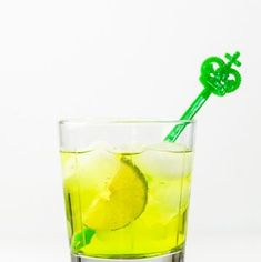 Take your gin and tonic to a fun new level with this pretty green Midori Gin and Tonic! Perfect for St. Patrick's Day or any day you want a fruity gin and tonic!Recipe —> Midori Gin and Tonic Midori Cocktails, Classic Gin Cocktails, Ginger Cocktails, Cocktail And Mocktail, Gin Cocktail Recipes, Fruity Cocktails, Gin Collins, St Patricks Day Drinks, Flourless Chocolate Cakes