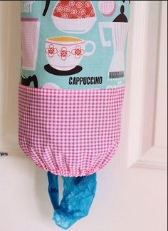 A Spoonful of Sugar: Kitchen Project: Plastic Bag Dispenser (this was the most straight forward tutorial I could find) Fabric Crafts, Sewing Crafts, Sewing Projects, Crafty Projects, Sewing Hacks, Sewing Tutorials, Sewing Ideas, Free Tutorials, Sewing Patterns