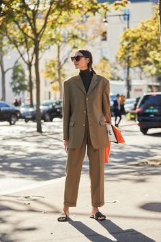 The Best Street Style Of Paris Fashion Week Der beste Street Style der Pariser Modewoche Street Style Trends, Street Style Inspiration, Mode Inspiration, Street Style Women, Fashion Week Paris, Stylish Outfits, Fashion Outfits, Fashion Trends, Womens Fashion