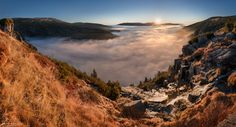 Krkonoše - východ slunce nad inverzní oblačností v Labské dole, pohled od vodopádu Pančavy (foto: Jan Šmíd)