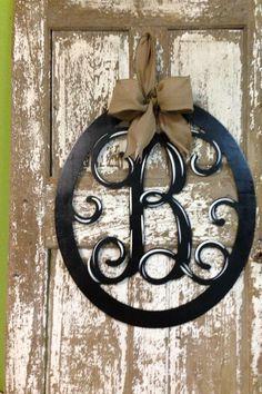 Monogrammed Wreath / Initial Door Hanger / Custom Wall Decor por SouthernStyleGifts en Etsy www.