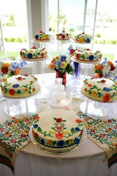 Quinceanera Party Planning – 5 Secrets For Having The Best Mexican Birthday Party Mexican Birthday Parties, Mexican Fiesta Party, Fiesta Theme Party, Party Themes, Beautiful Cakes, Amazing Cakes, Mexican Themed Weddings, Mexican Wedding Traditions, Mexican Party Decorations