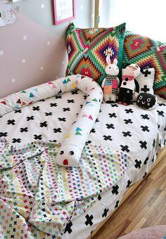 Quartinho da Valentina cheio de @amomooui, projetado pela arquiteta @gabiworks.  A arquiteta seguiu princípios Montessorianos, a exemplo da cama casinha, mas o que chama mesmo a atenção é a parede geométrica nas cores cinza/rosa/verde água e a roupa de cama e almofadas da @amomooui.  Brinquedos, cadeiras e acessórios da Mimoo finalizaram os detalhes.  #decoration #girlsroom #quartodemenina #home #modern #beautiful #montessoriano #paredecinza #candycolors #bedroom #kids #quarto #criança
