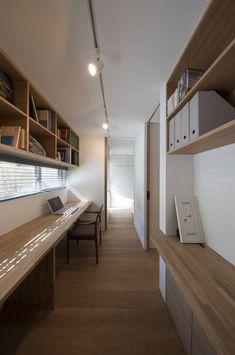寝室前室としての書斎: 根來宏典建築研究所が手掛けたモダン書斎&オフィスです。