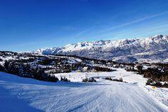 Hotel Zodiaco położony jest bezpośrednio na stoku na wysokości 1300 m n.p.m. w malowniczej miejscowości narciarskiej Monte Bondone. Swoim gościom udostępnia przytulne pokoje z łazienkami, telewizorem, sejfem oraz innymi udogodnieniami