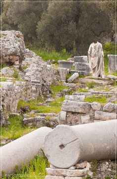 Near the house lay the antiquities of Minoan Gortyna which are pretty amazing with all those old stone columns and the still standing walls in the middle of olive groves and fields