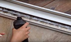 Ha neked is ilyen ablakod, ajtód van, ezt a takarítási módszert mindenképp ismerned kell!