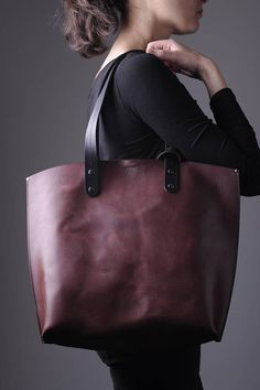 Items similar to Large leather brown tote bag. Vintage look on Etsy Large Leather Tote Bag, Large Handbags, Shopper Tote, Vegetable Tanned Leather, Leather Tooling, Minimalist Fashion, Tuscany, Vintage Looks, Keys