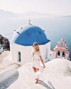 Twirling on top of the world (or at least Oía, Santorini) wearing an all-white summer look - Anna, Arctic Vanilla blog.