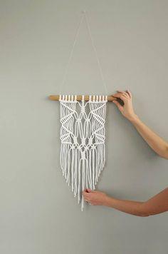 Macrame moderno del colgante de pared. Decoración de la pared del pequeño Macrame. Arte Macrame minimalista blanco de la pared. Eco Home Decor. Hygge