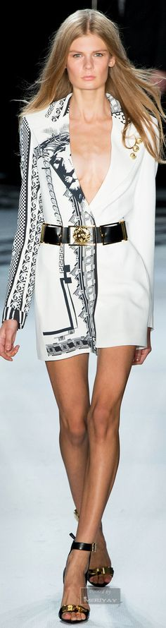 Elegante Schwarz-Weiß-Looks bei Versace #versace #spring2015 #blackwhite The Dress is Gorg!!!!