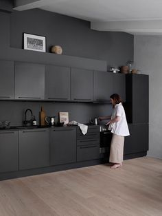 Black Kitchens – How To Style Them Without Looking Gloomy How to tyle your very own black kitchen. All black kitchens may seem intimidating at first, but they are ultra-modern and so gorgeous. Modern Kitchen Design, Interior Design Kitchen, Black Interior Design, Best Kitchen Designs, Black Kitchens, Home Kitchens, Kitchen Black, Charcoal Kitchen, Rustic Kitchen