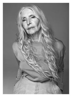 AFPHOTO AFPHOTO Retired actress Helena Norowicz has embarked on a second career: she's become a fashion model at the age of Beauty Myth, Beauty Women, Pure Beauty, Long Gray Hair, Grey Hair, Stylish Older Women, Over 60 Fashion, Middle Aged Women, Beautiful Old Woman