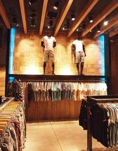 Lojas de varejo com iluminação e projetores criando destaque no projeto e arquitetura de interiores.