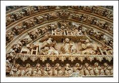 Portada de entrada a la cruz de la nave de la Iglesia de santa María la Real (Sasamón - Burgos)