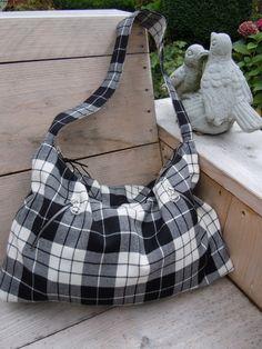 Zwart wit geblokte schoudertas gemaakt van een rok