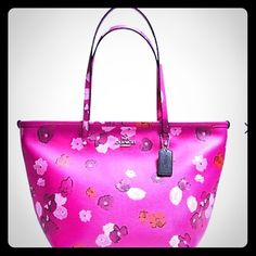 COACH FLORAL PRINT LARGE ZIP TOTE NWT COACH FLORAL PRINT LARGE ZIP TOTE NWT Such a cute pretty pink bag for the summer!! So feminine and unique! Coach Bags Totes