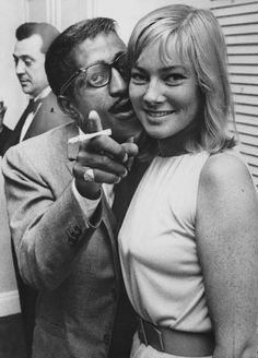 Sammy Davis Jr e May Britt, quando l'amore è coraggioso - Foto iO Donna Sammy Davis Jr, Old Hollywood Glamour, Vintage Hollywood, Loray White, Old School Movies, Jazz, Cult Of Personality, Swedish Actresses, Italian Actress